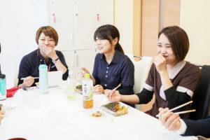 笑顔で食事する3人の女性