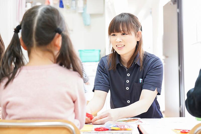 子供と向き合う職員