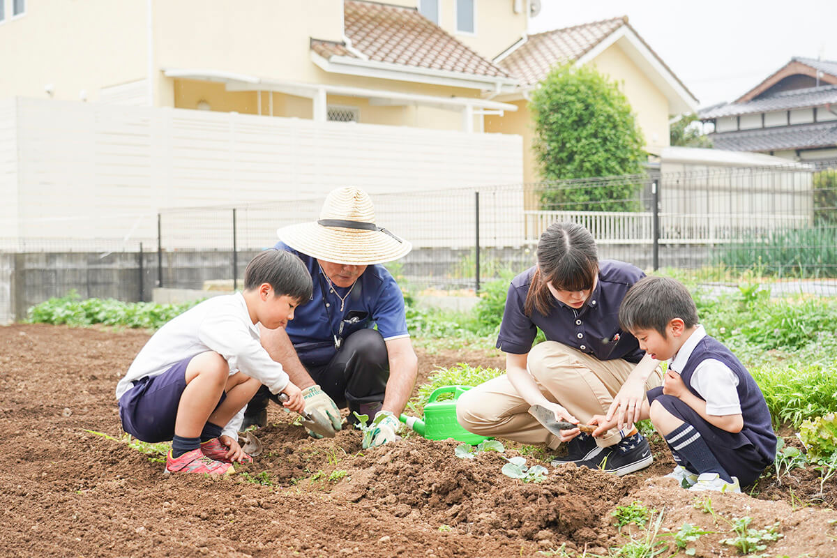 農作業をする職員と生徒