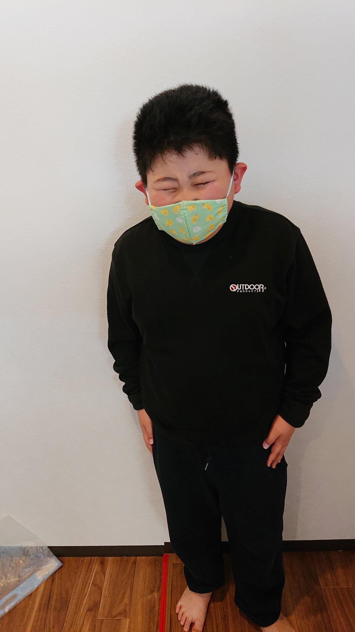 マスクをつけて嬉しそうな子ども