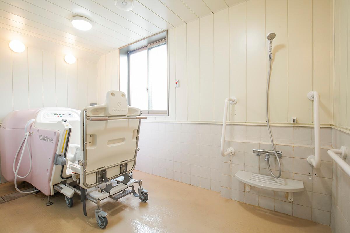 浴室と介護用の浴槽