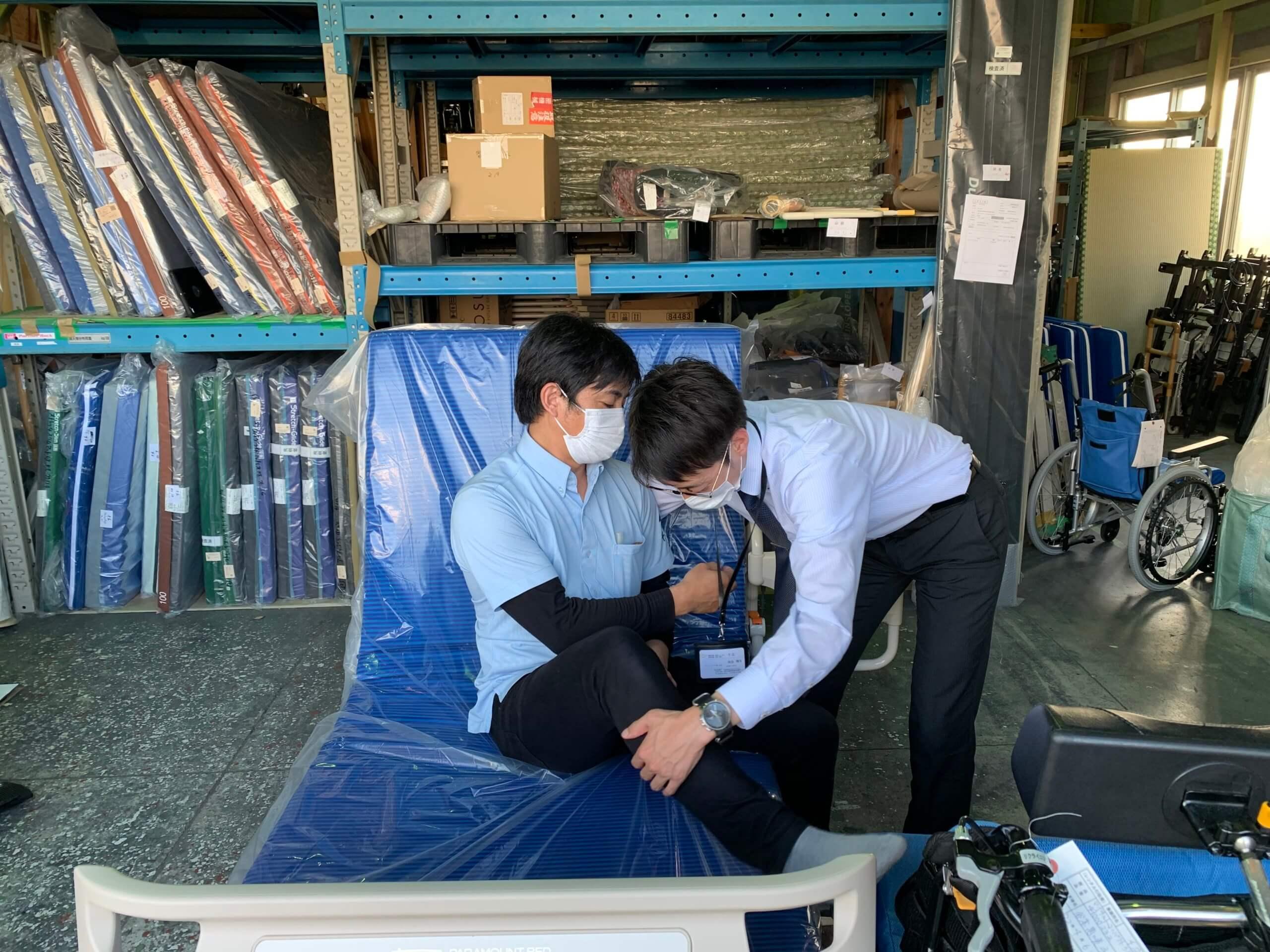 福祉用具を活用して介助をしている職員